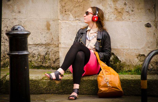 Mulher que escuta fones de ouvido