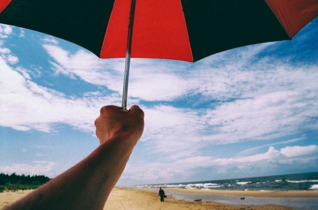 Guarda-chuva na mão em uma praia http://barnimages.com/