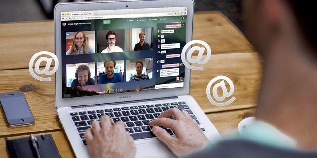 Como convidar alguém para uma conferência de vídeo por e-mail
