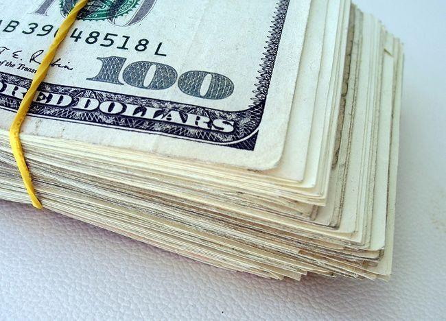 maço de notas de cem dólares
