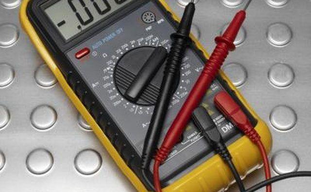 Coloque a sonda voltímetro directamente sobre o componente montado na placa.
