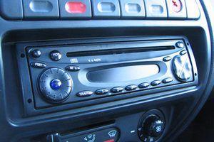 Reparar seu rádio de carro em casa pode poupar dinheiro