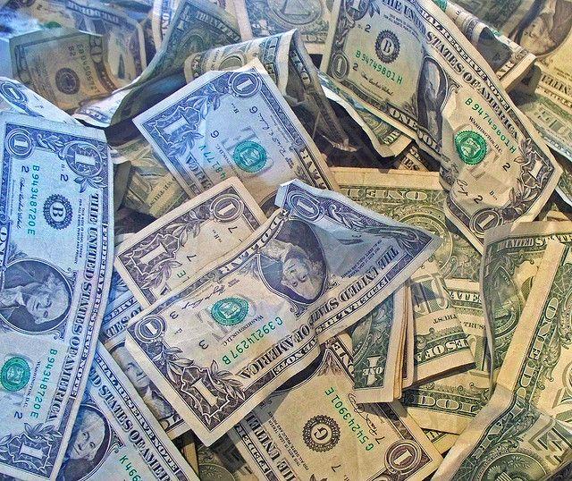 dinheiro-pilha-de-dólares