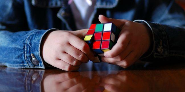 Qual é a maneira mais fácil de resolver um cubo de rubik?